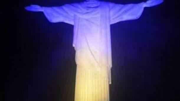 Статую Христа-Искупителя в Рио-де-Жанейро подсветили цветами украинского флага