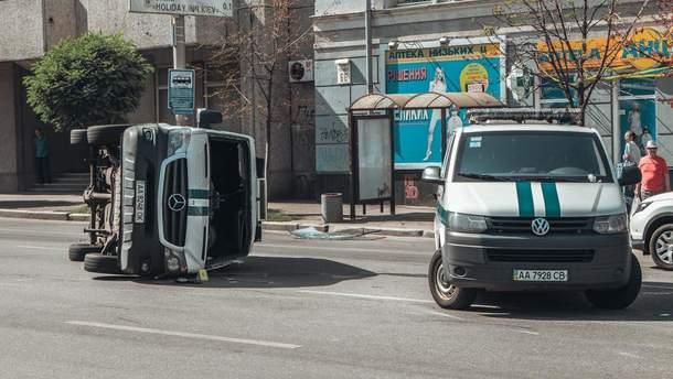 В Киеве в результате аварии перевернулся инкассаторский бус