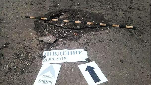 Воронка от мины после обстрела Пивденного