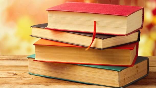 Двох українців оштрафували за продаж книг