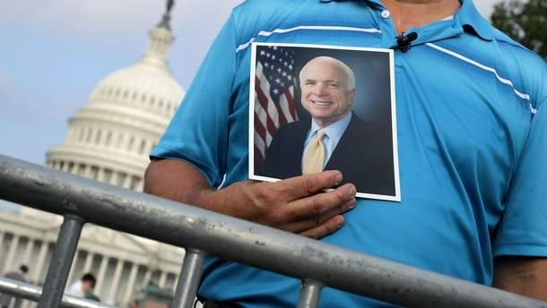 Церемония прощания с Джоном Маккейном проходит в Вашингтоне