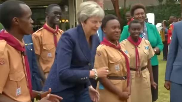 Тереза Мэй снова странно танцевала в Африке