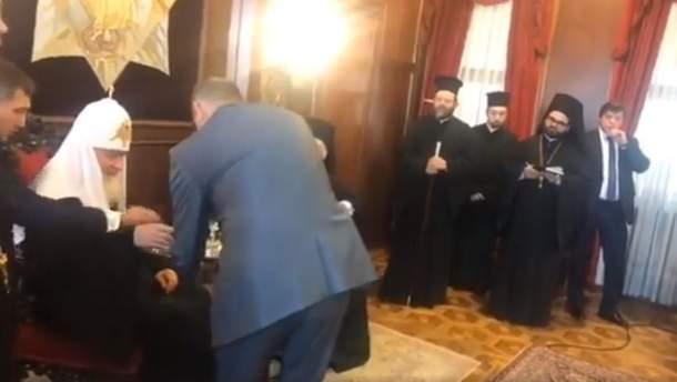 Охранник патриарха Кирилла указал ему не брать подозрительный бокал