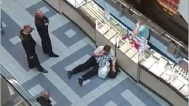 В столичном ТЦ охранники напали на мужчину