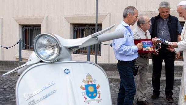 Папі Римському вручили подарували мотороллер