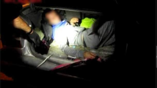 Громадянин Молдови намагався перевезти через кордон у багажнику свого співвітчизника