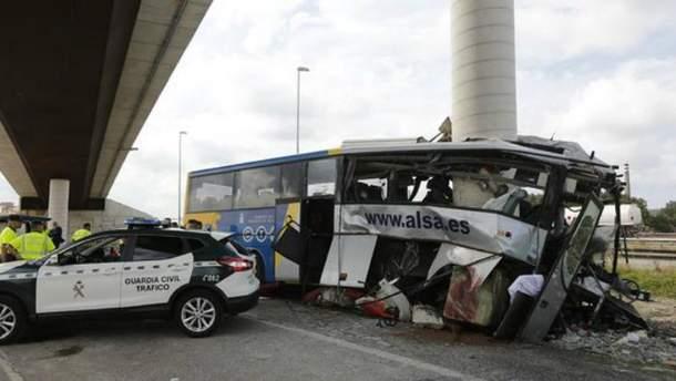 У смертельній ДТП в Іспанії автобус врізався в стовп