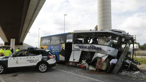 В смертельном ДТП в Испании автобус врезался в столб