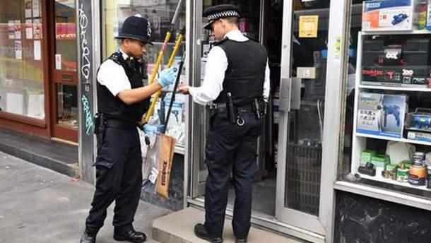 Фото з місця у Лондоні, де людей облили кислотою
