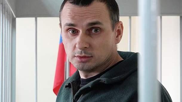 """Олег Сенцов просить не робити """"невірних рухів"""""""