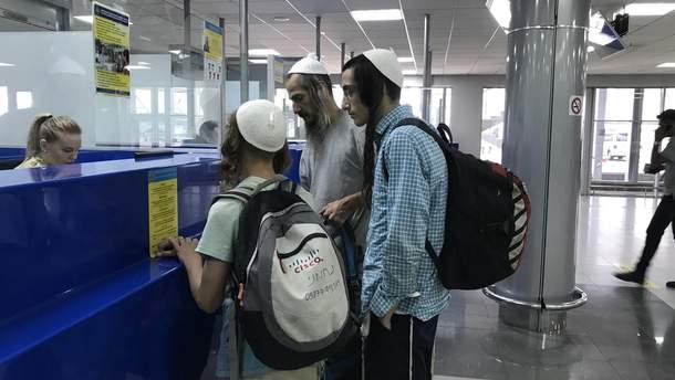 Хасидські паломники у пункті пропуску