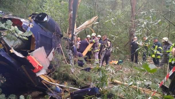 Людям посчастливилось выжить, поскольку вертолет упал на деревья
