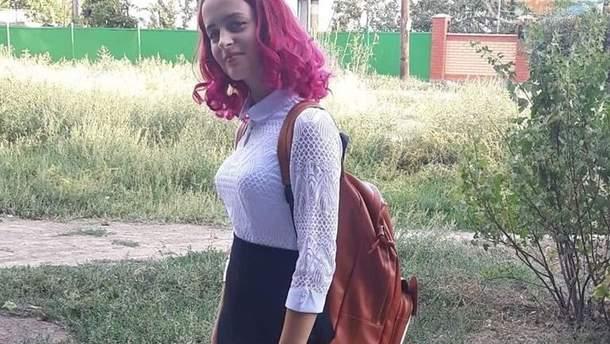 Директор школы в Мариуполе унизила ученицу из-за цвета ее волос