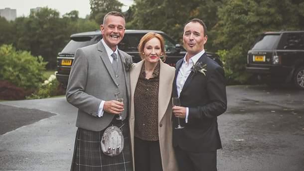 Джоан Роулінг з молодятами Ніком та Джоном в Единбурзі