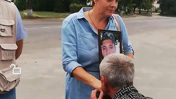 Водія маршрутки змусили цілувати руки матері загиблого на Донбасі бійця