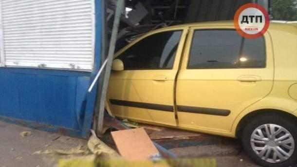 У Києві авто в'їхало в зупинку громадського транспорту