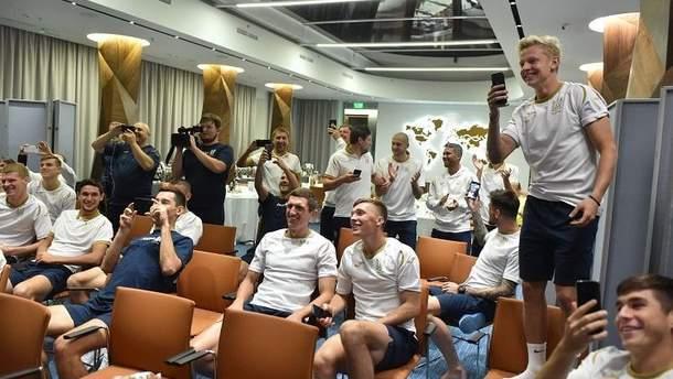 Дебютанты сборной Украины спели на посвящении