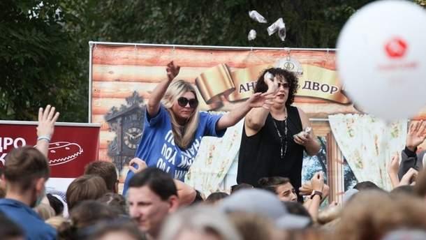 Россияне устроили давку за бесплатную еду на празднике