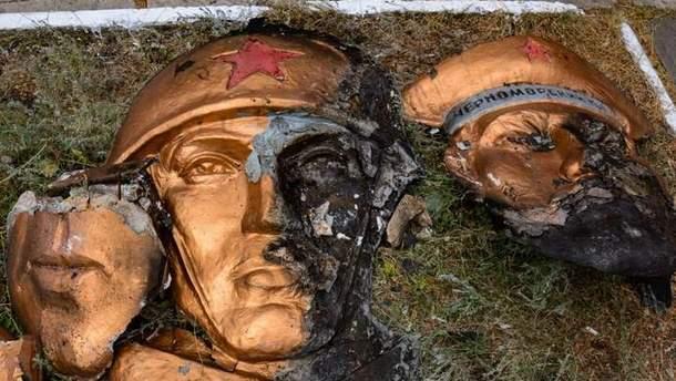 Остатки сожженного монумента в Макеевке