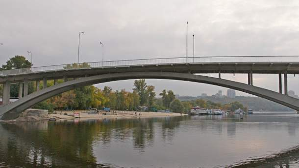 Молодий хлопець розважався з друзями стрибками з Венеційського мосту у Києві, але одного разу випірнути так і не зумів