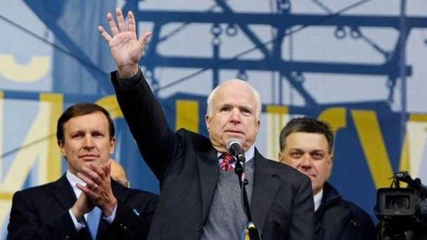 Украинцы просят Порошенко предоставить Маккейну звание Героя Украины