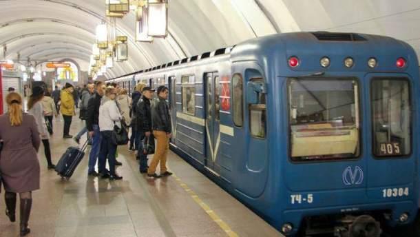 У київському метро стався збій у русі через пасажира на колії