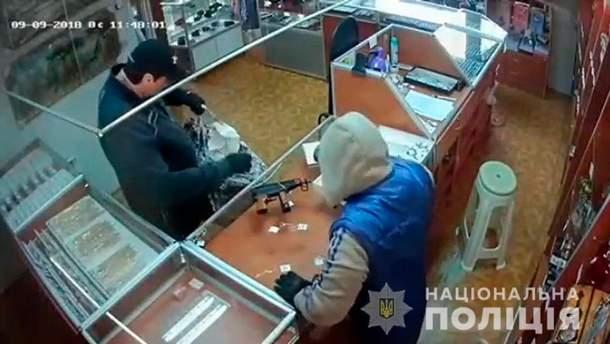 Неизвестные ограбили ювелирный магазин на Буковине
