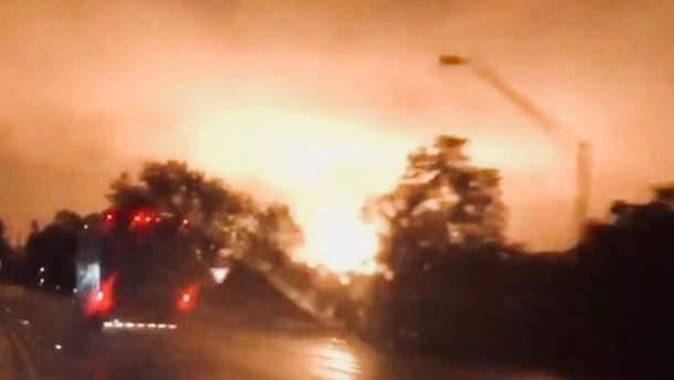 В США произошел мощный взрыв на газопроводе: в небо поднялся оранжевый столб огня