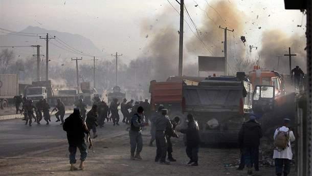 В толпе демонстрантов в Афганистане произошел взрыв, много погибших и раненых