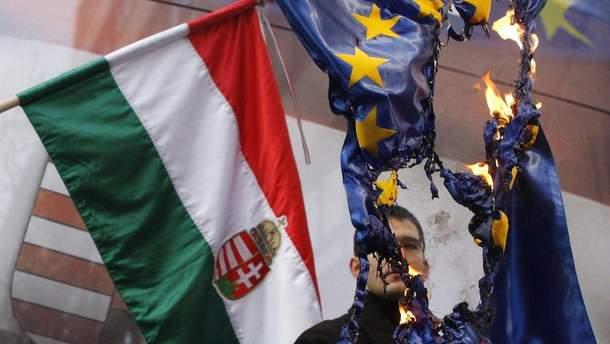 Венгерский националист сжигает флаг Евросоюза