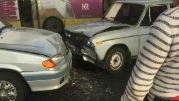 В Запорожье из-за ДТП на дороге маршрутка застряла в сквозной дыре посреди моста