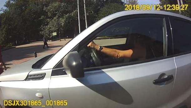 Водійка прокатала патрульного на капоті у Львові