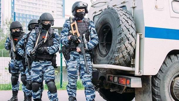 ОМОН знову обшукує активістів в окупованому Криму