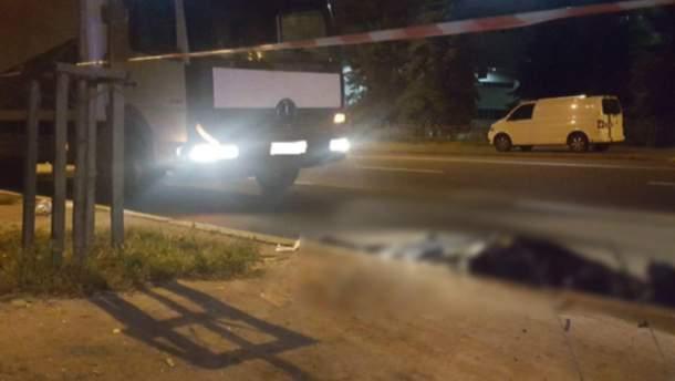 В Киеве под колесами грузовика погиб мужчина, пытавшийся перебежать дорогу