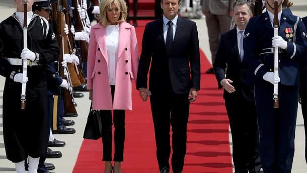 Перша леді Франції в кросівках: Бріджит Макрон здивувала незвичним виглядом під час офіційного візиту (фото)