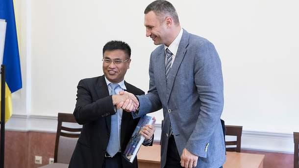 Виталий Кличко во время встречи с представителями китайской компании China Pacific Construction Group