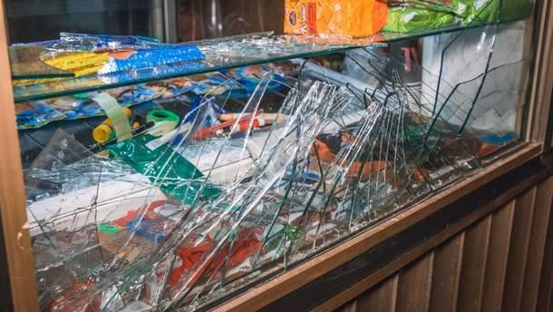 У Києві неврівноважений чоловік влаштував розгром в кафе та кинув всередину димову шашку