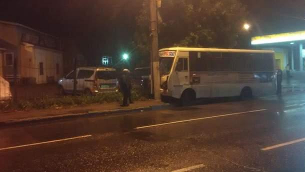 В Одесі маршрутка зіткнулася з електроопорою: 9 потерпілих, серед яких троє дітей