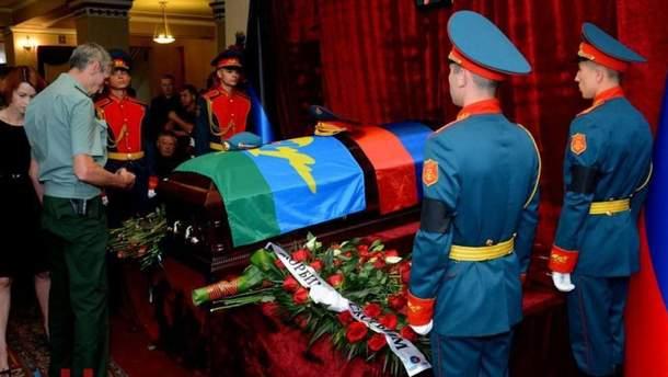 Жителей оккупированного Донецка озадачила охрана на могиле главаря
