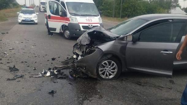От удара два автомобиля раскинуло в разные стороны трассы