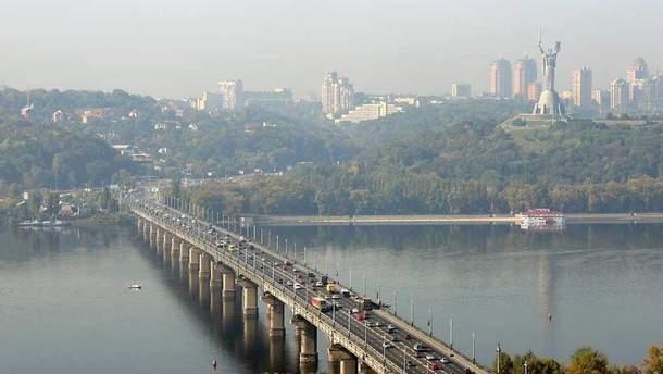 В Киеве из-за прорыва водопровода мост Патона превратился в водопад