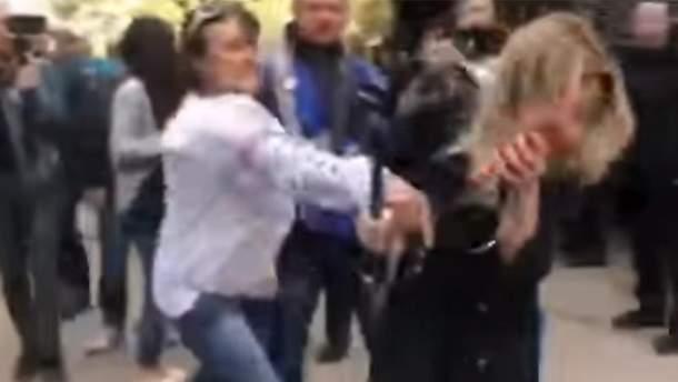 Під Генпрокуратурою вдарили журналістку