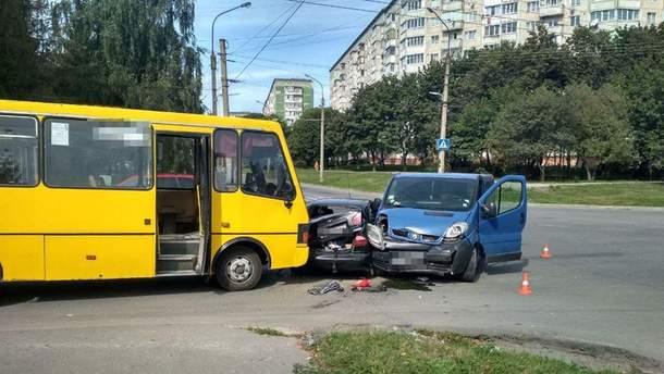 У Тернополі сталася потрійна ДТП за участю легковиків і маршрутки