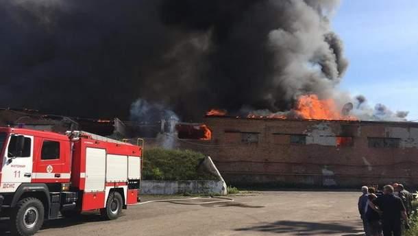 Масштабна пожежа на картонному комбінаті у Житомирі