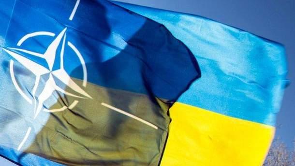 Прапори НАТО й України