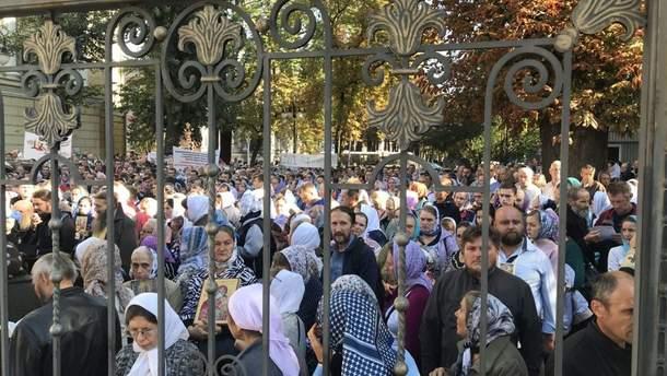 Віряни прийшли під стіни суду, щоб висловити свій протест: вони – проти ID-паспортів
