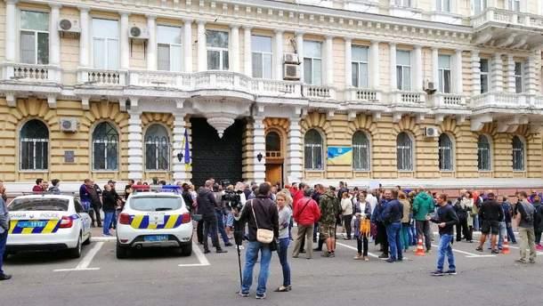 В Одессе сотни людей вышли на протест из-за покушения на активиста Михайлика