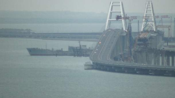З'явилося відео, як українські військові кораблі проходять під Кримським мостом