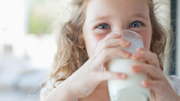 Картинки по запросу ребенок пьет молоко