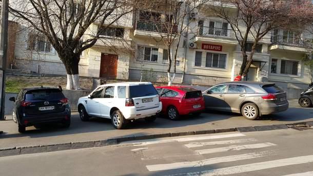 Тротуары – одно из любимых мест для парковщиков